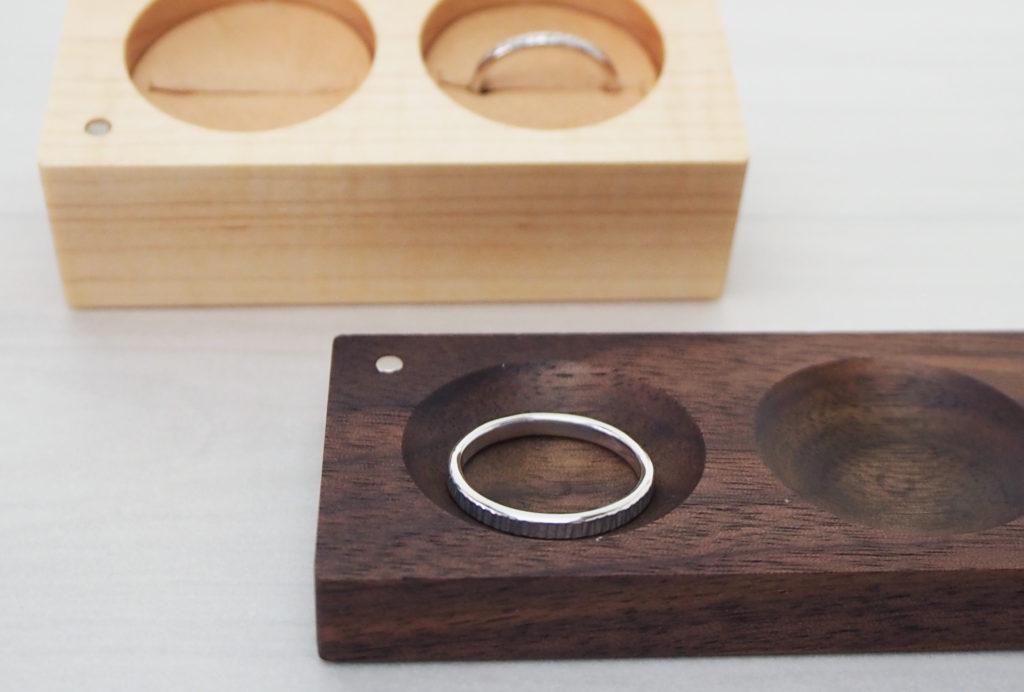 結婚指輪のリングケースの蓋はリングトレイとして使用できます。