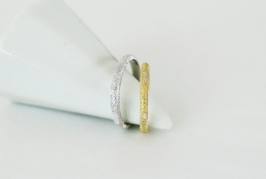 ovalにスターダスト加工を施した結婚指輪