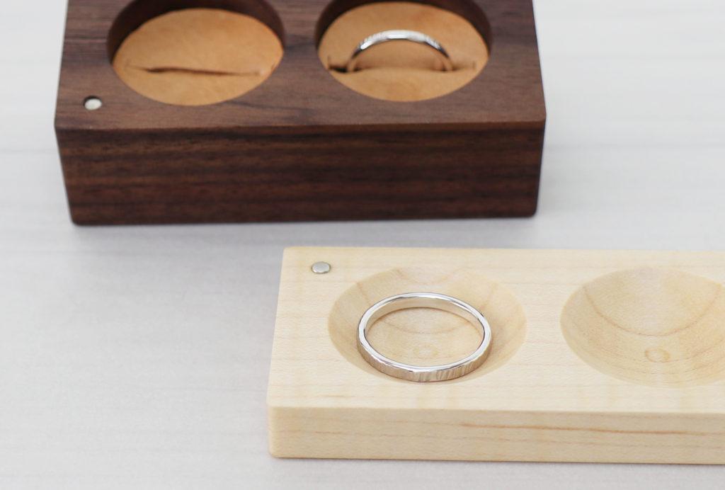 結婚指輪を収める木製のリングケース