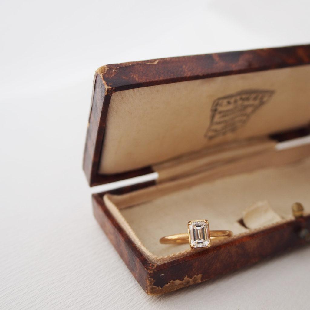エメラルドカットのダイヤモンドの指輪