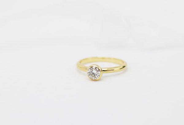 ぷっくりした覆輪の婚約指輪