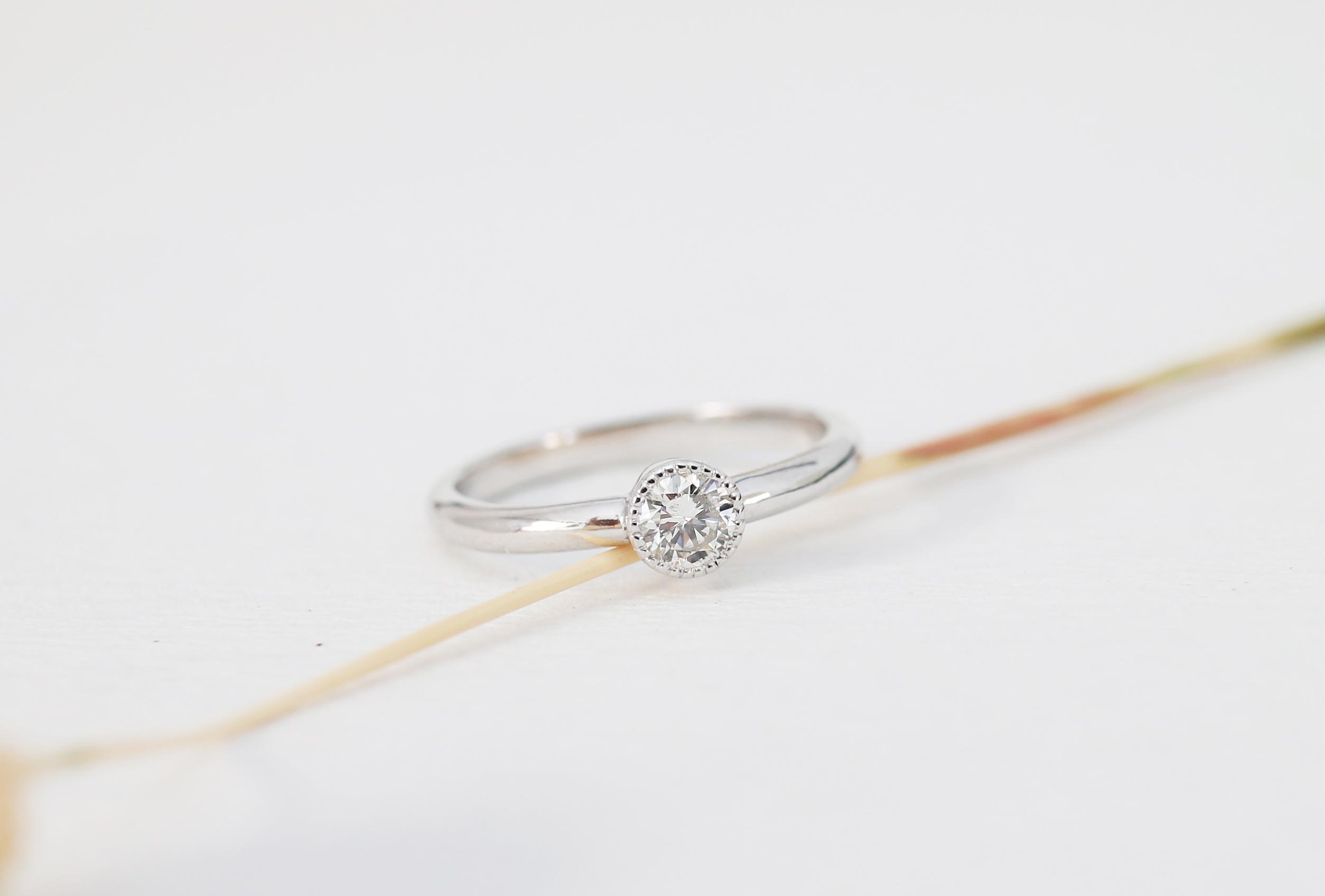 ミル打ちの婚約指輪(エンゲージリング)