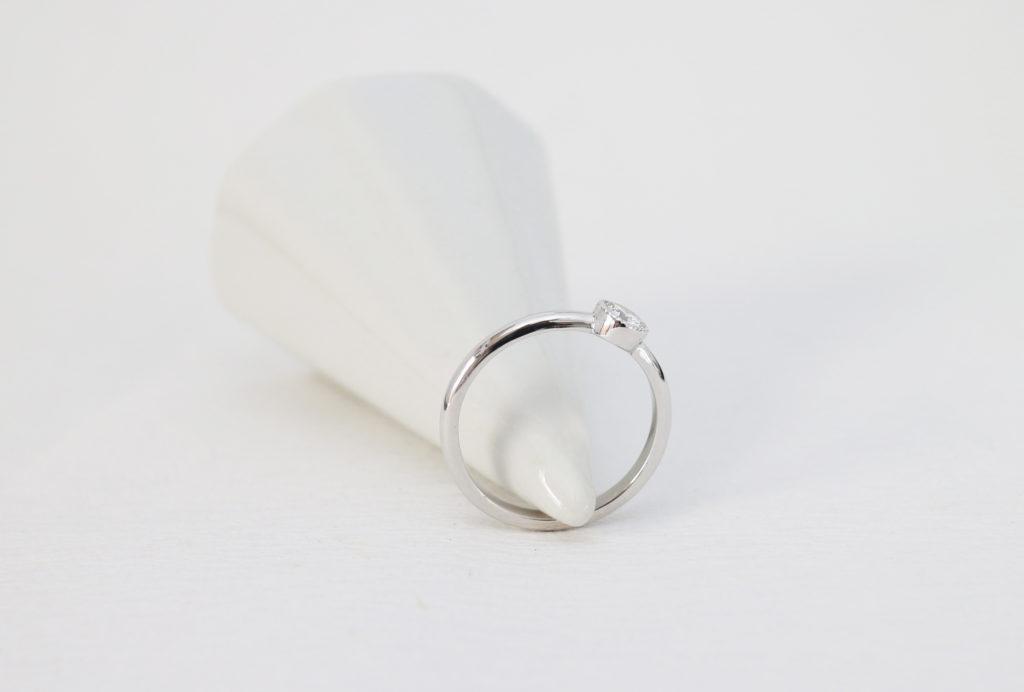 ミル打ちの婚約指輪(エンゲージリング)を横から見たところ