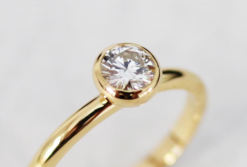 伏せこみの石枠の婚約指輪