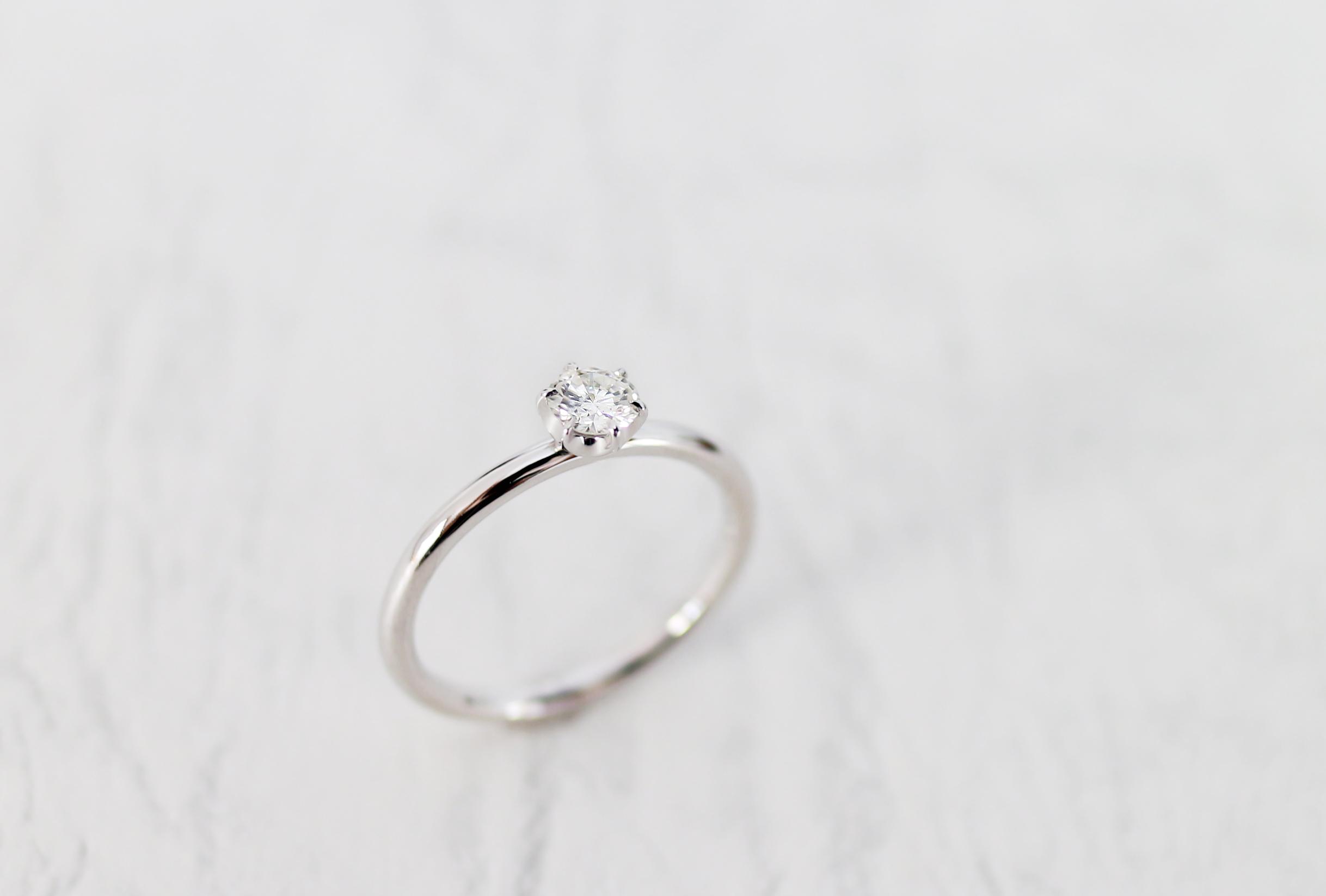 シンプルなエンゲージリング(婚約指輪)