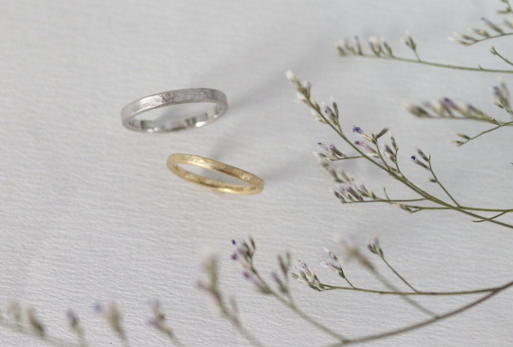 マットな鎚目の結婚指輪