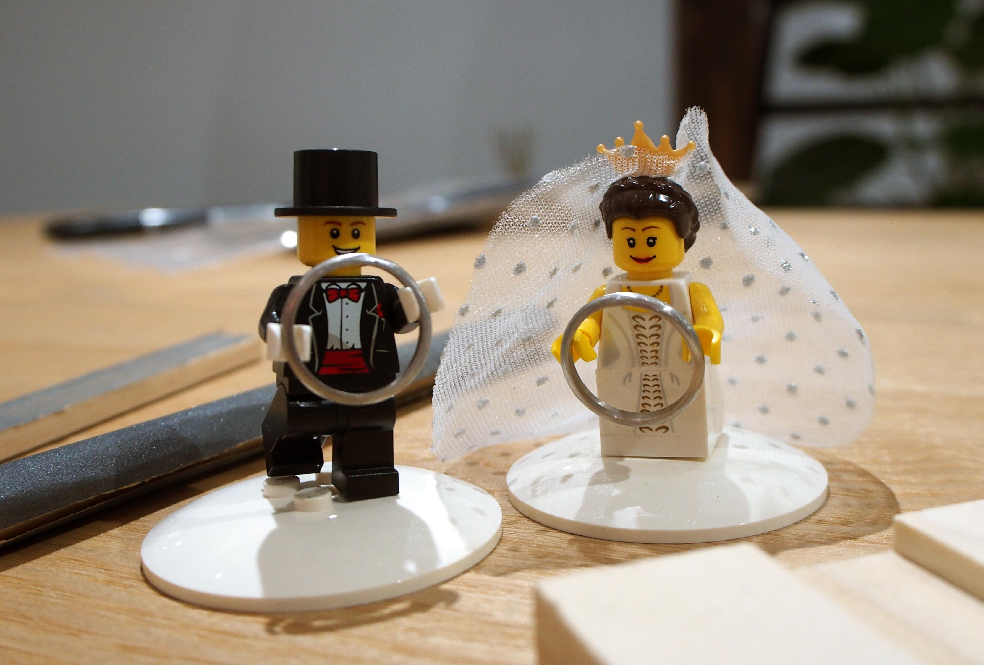 ふたりが手作りした結婚指輪をレゴのお人形が持ちます。