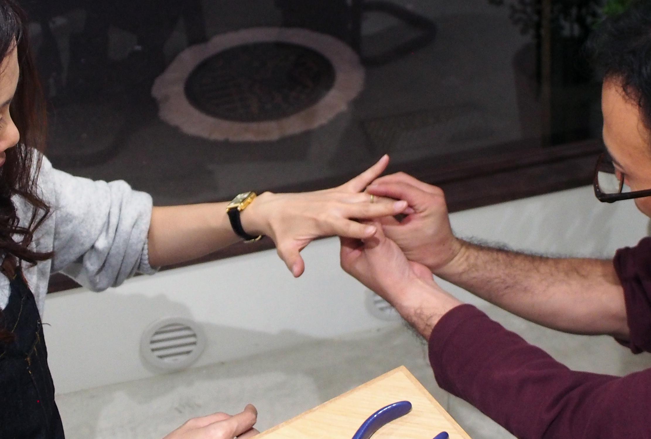 サイズを確認しながら結婚指輪を制作する