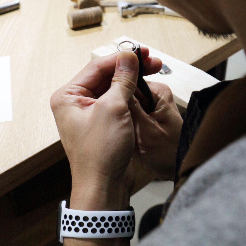 婚約指輪を手作りする手元
