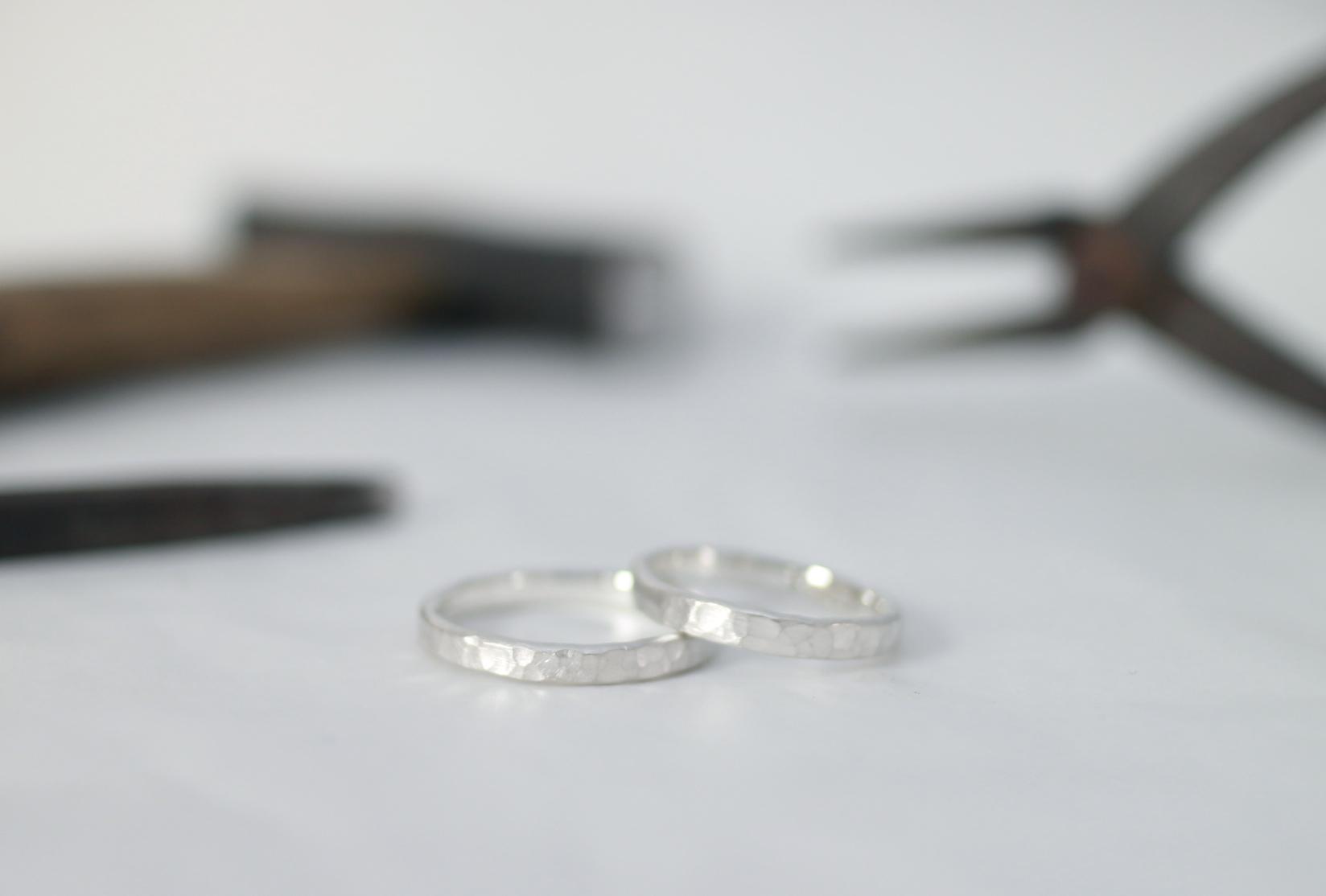 ふたりで手作りした鎚目の指輪