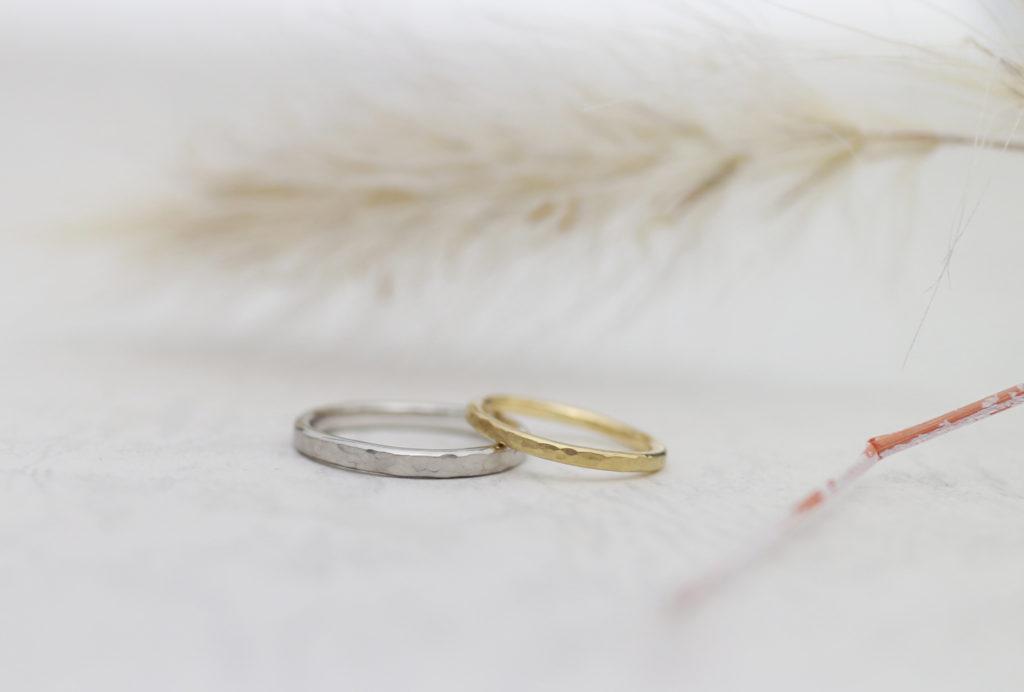 鎚目につや消しを施した結婚指輪