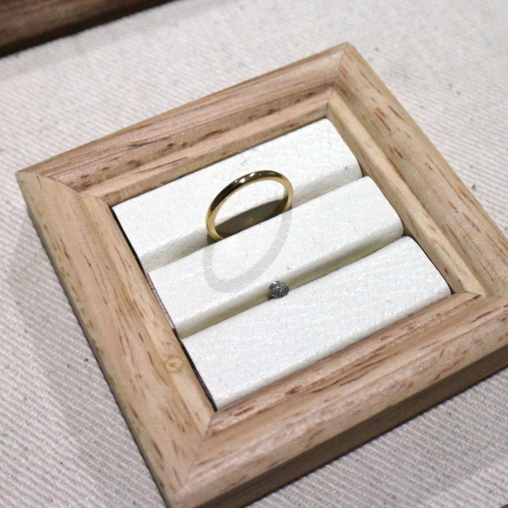ふたりで手作りした婚約指輪の腕