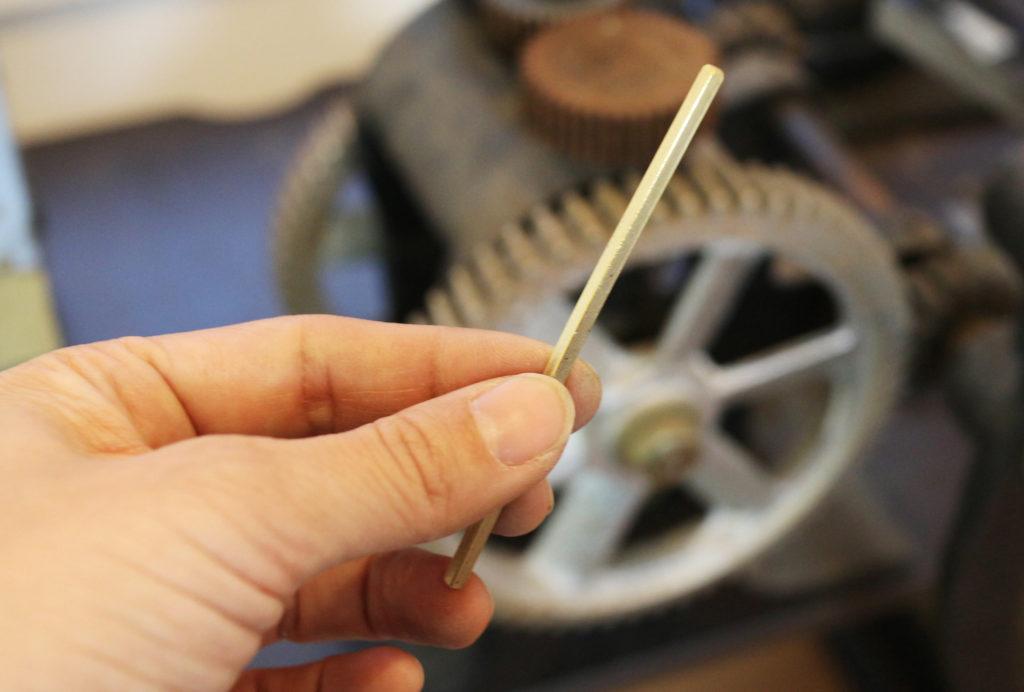ローラーで結婚指輪の材料を伸ばす