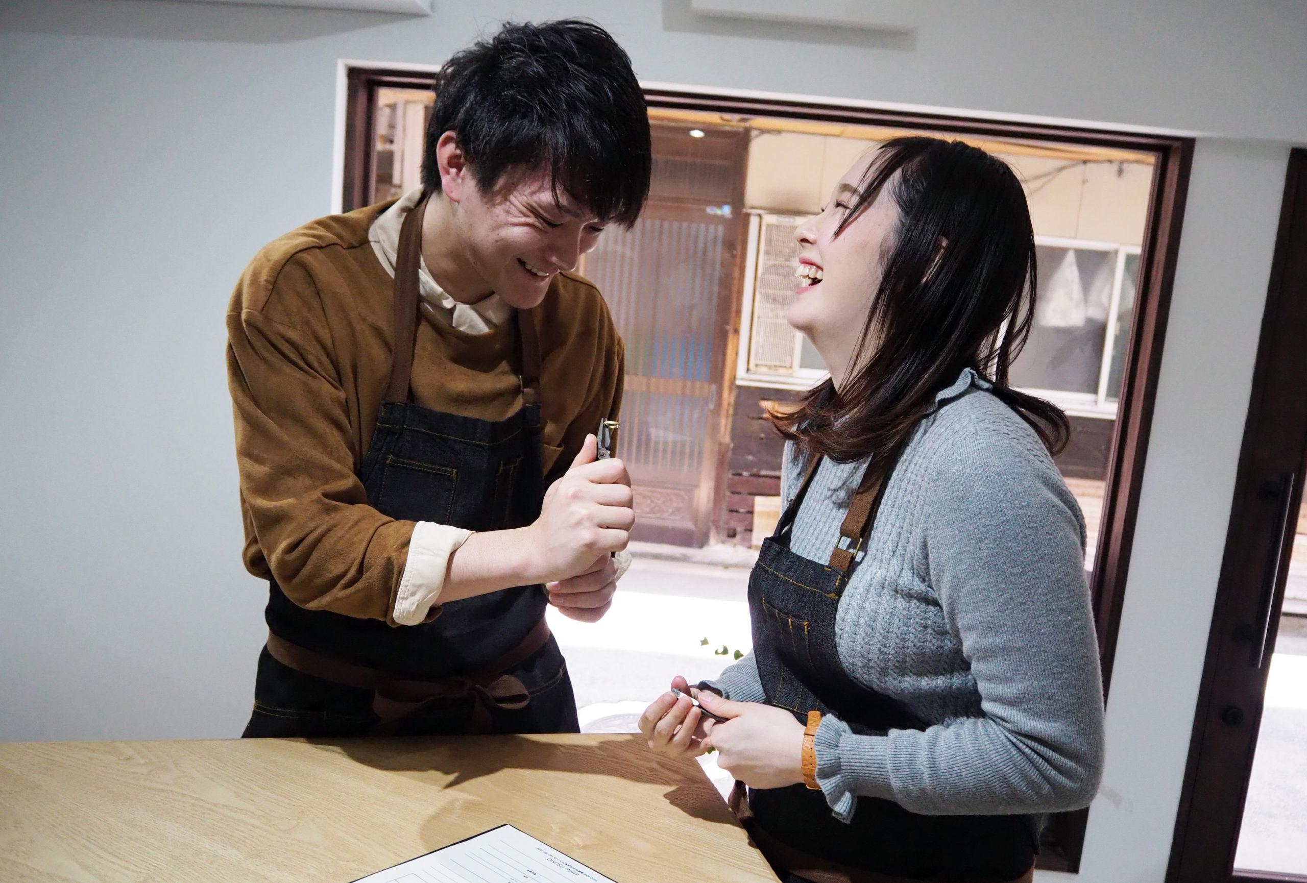 笑顔で結婚指輪を手作り