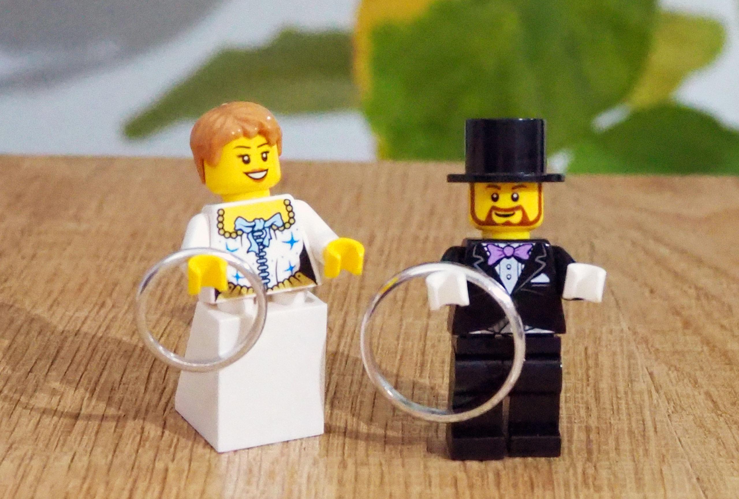 ふたりで手作りするした結婚指輪をレゴが持つ