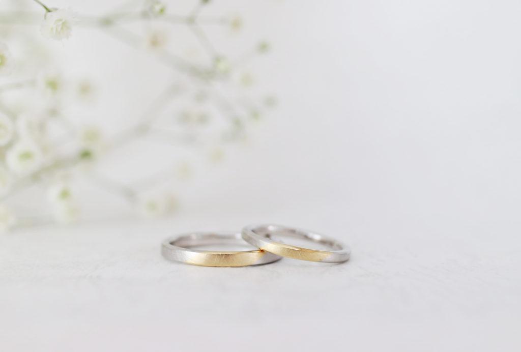 斜めのラインが入った優しい雰囲気の結婚指輪