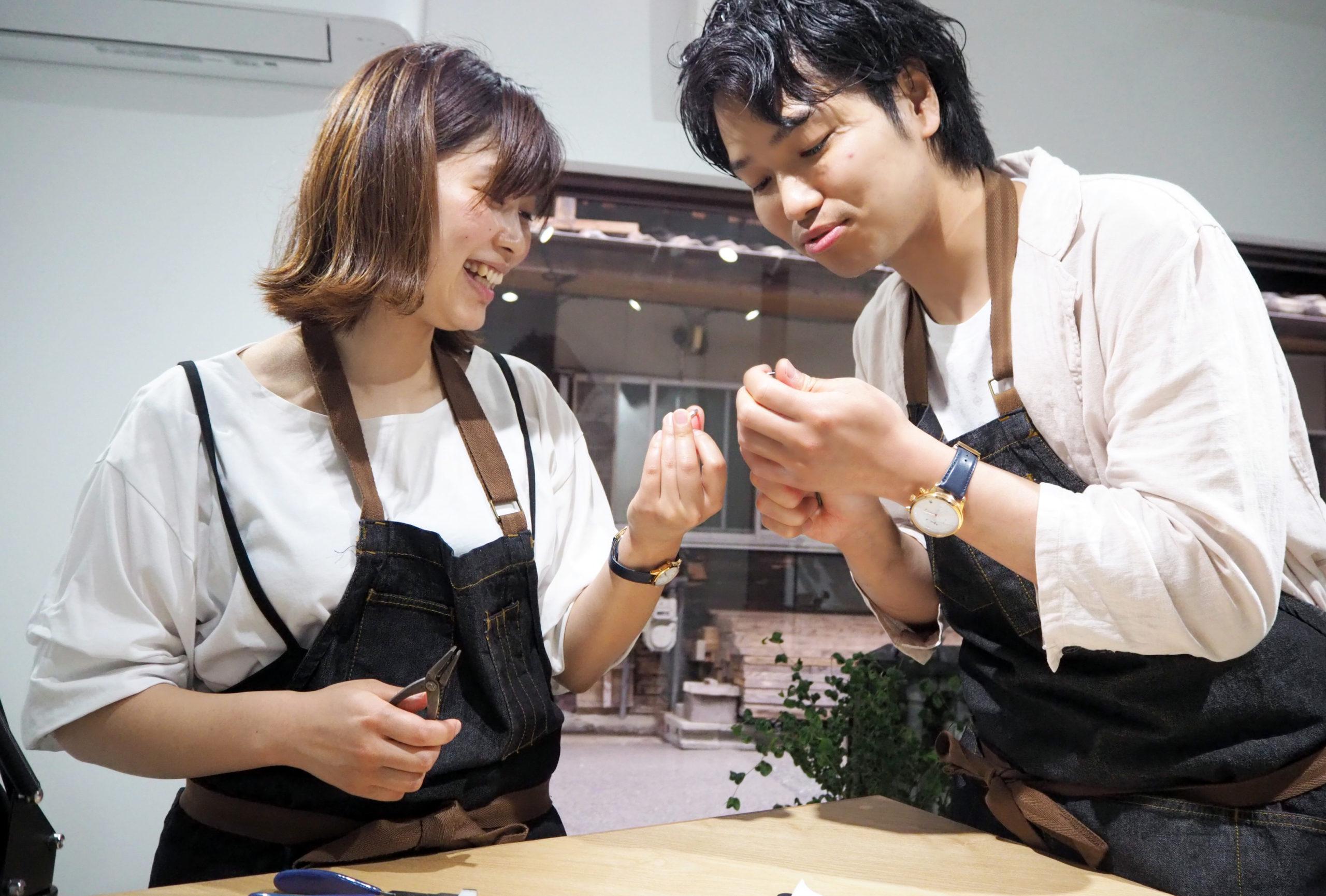 結婚指輪を笑顔で手作り