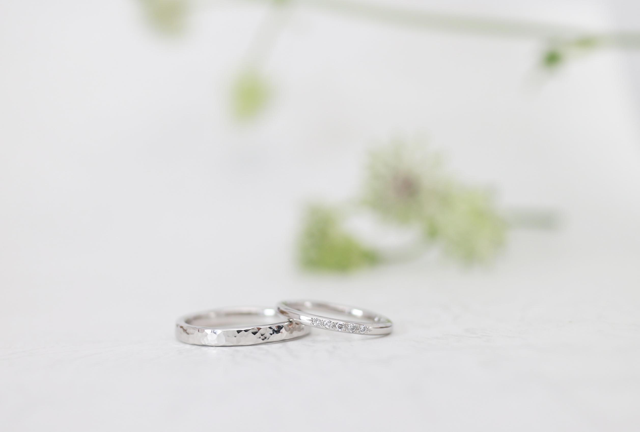 鎚目とダイヤモンドを留めた手作り結婚指輪