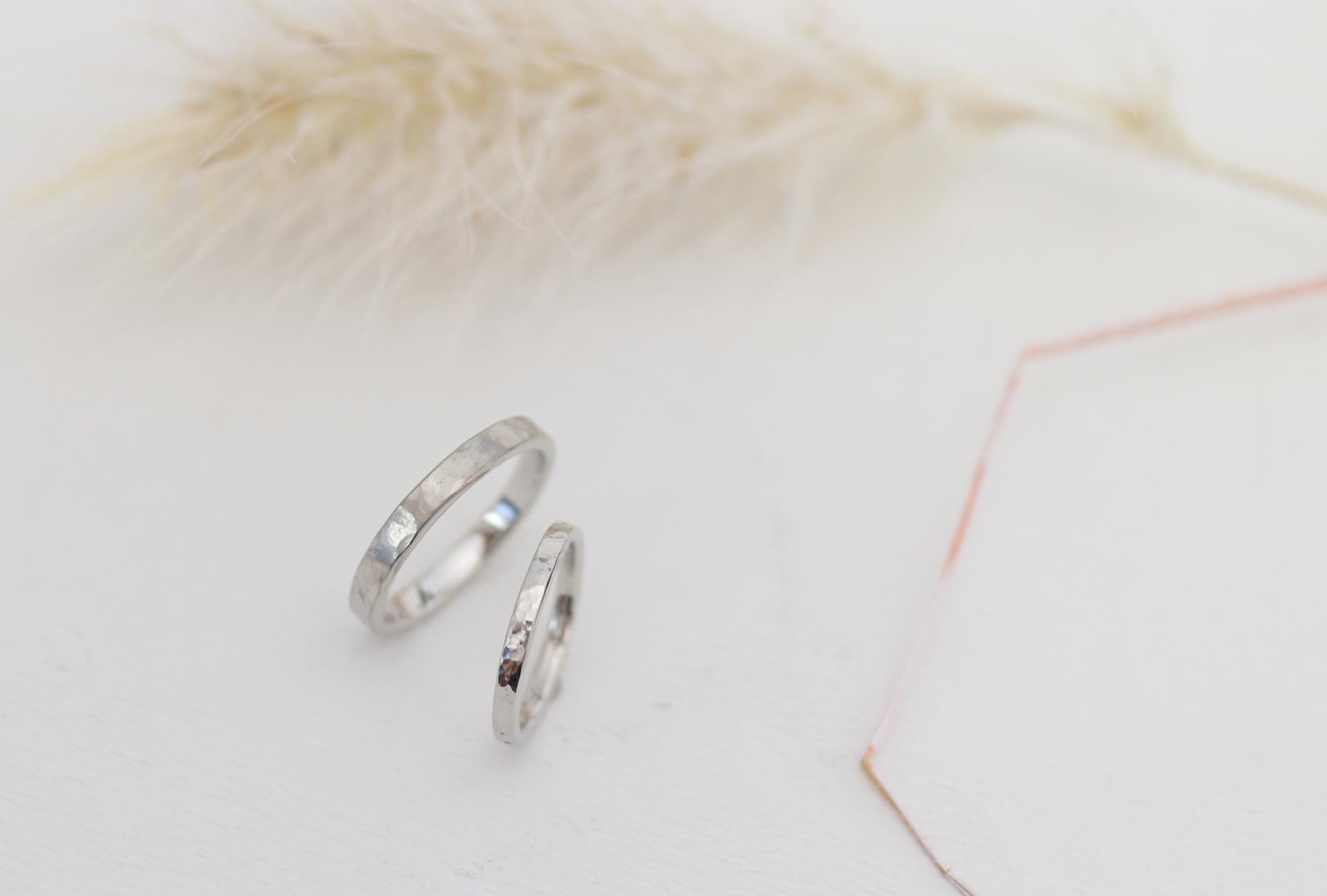ふたりで手作りした鎚目の結婚指輪