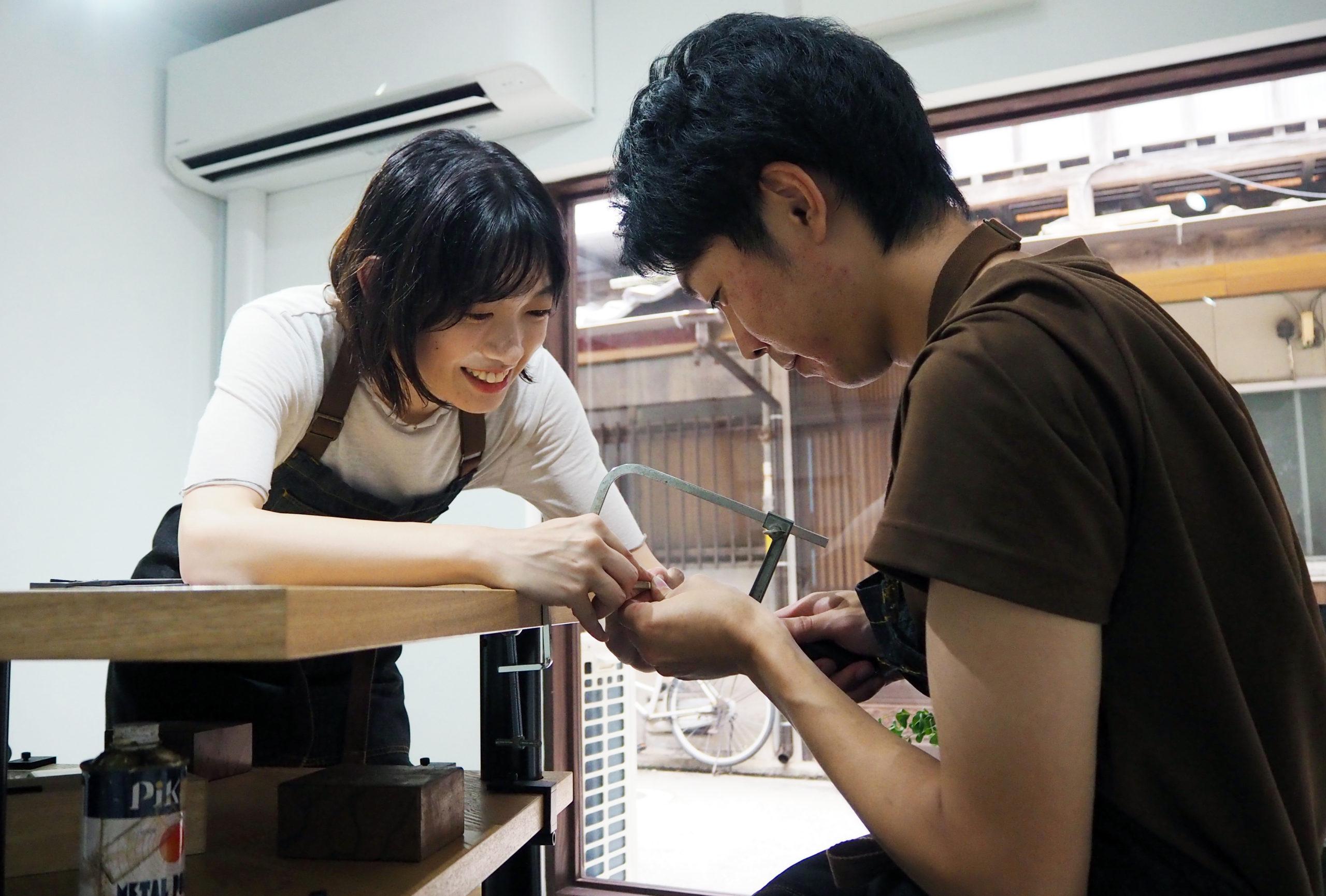 ふたりで手作りする結婚指輪の制作風景
