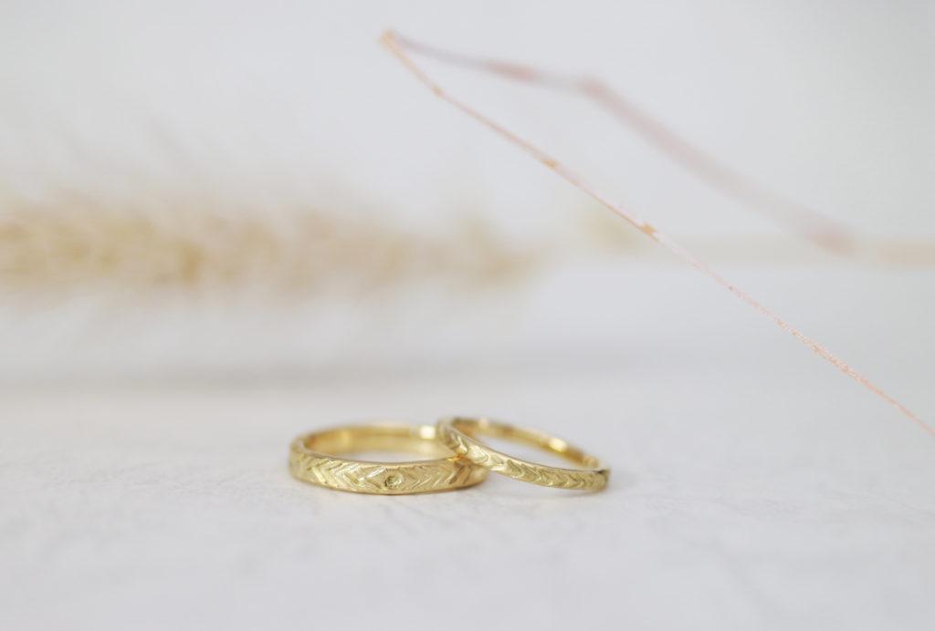 タガネで模様を入れた手作り結婚指輪
