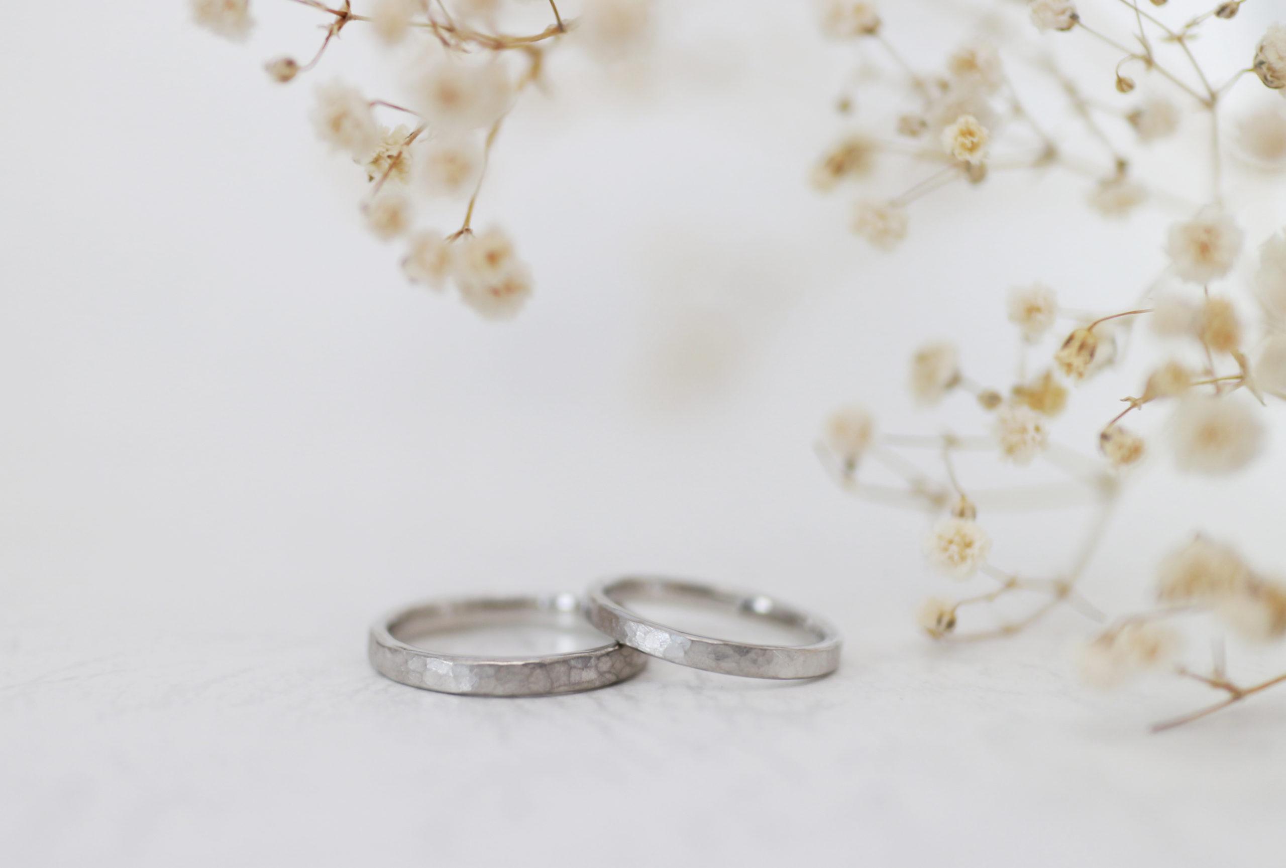 鎚目とつや消しを施した手作り結婚指輪