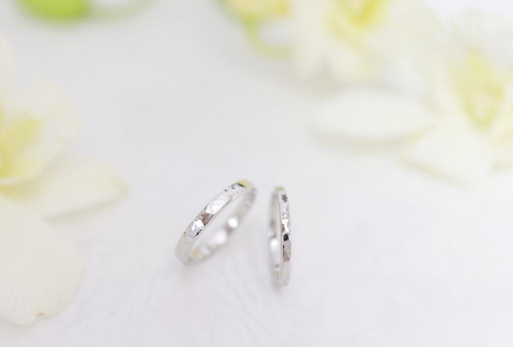 鎚目にダイヤモンドを留めた手作り結婚指輪