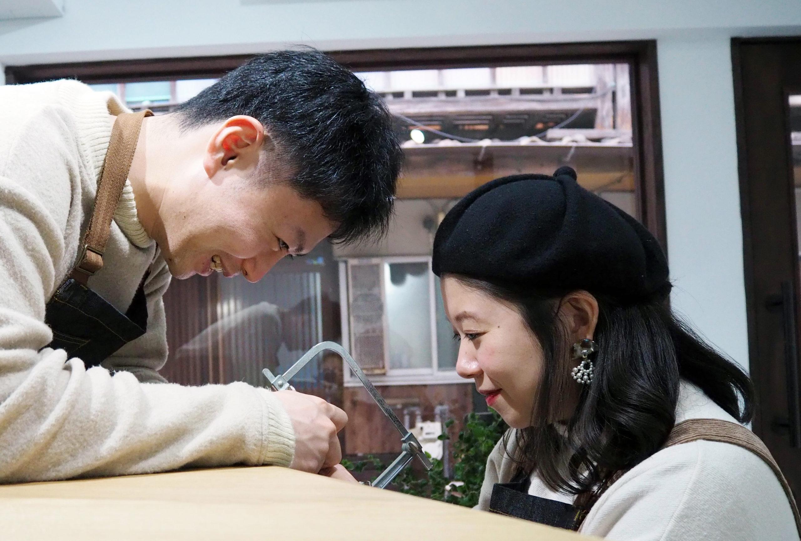 ふたりで協力しながら結婚指輪を手作り
