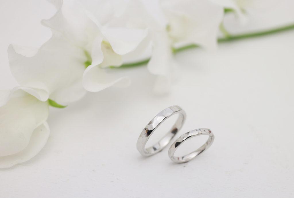 地金から手作りした鎚目の結婚指輪