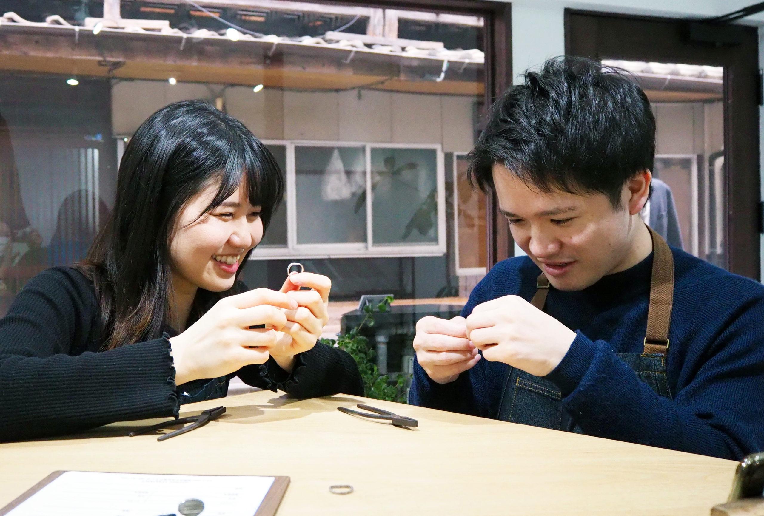 動画を撮りながら結婚指輪を手作り