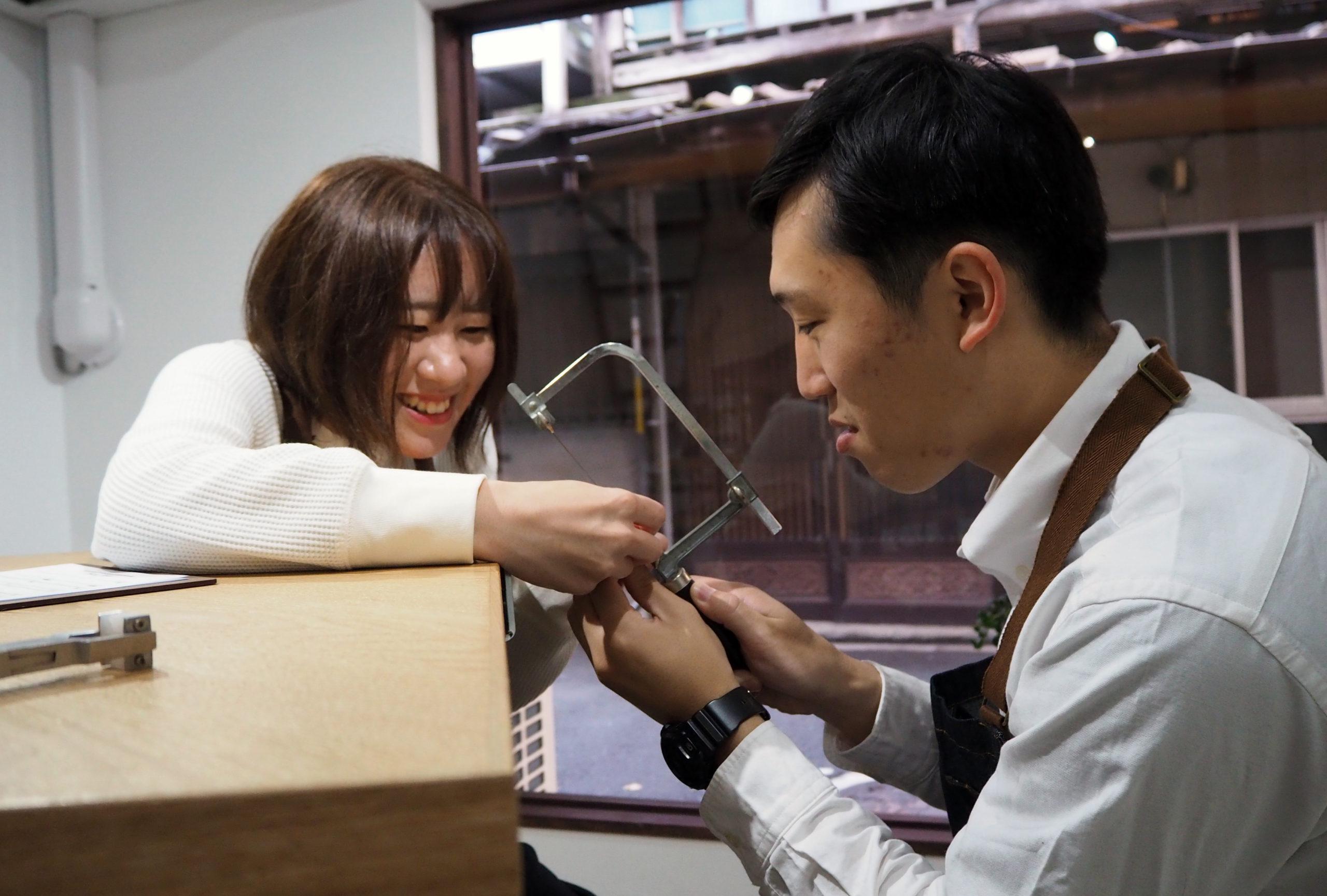 協力しながら結婚指輪を手作り