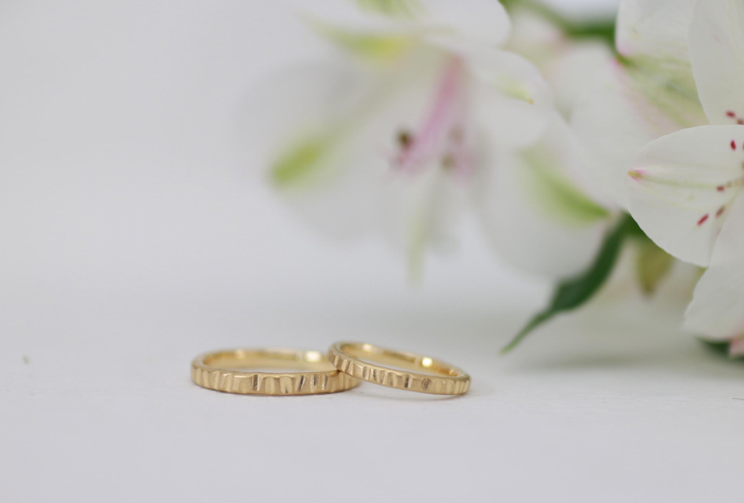 コインのフチのような模様の手作り結婚指輪