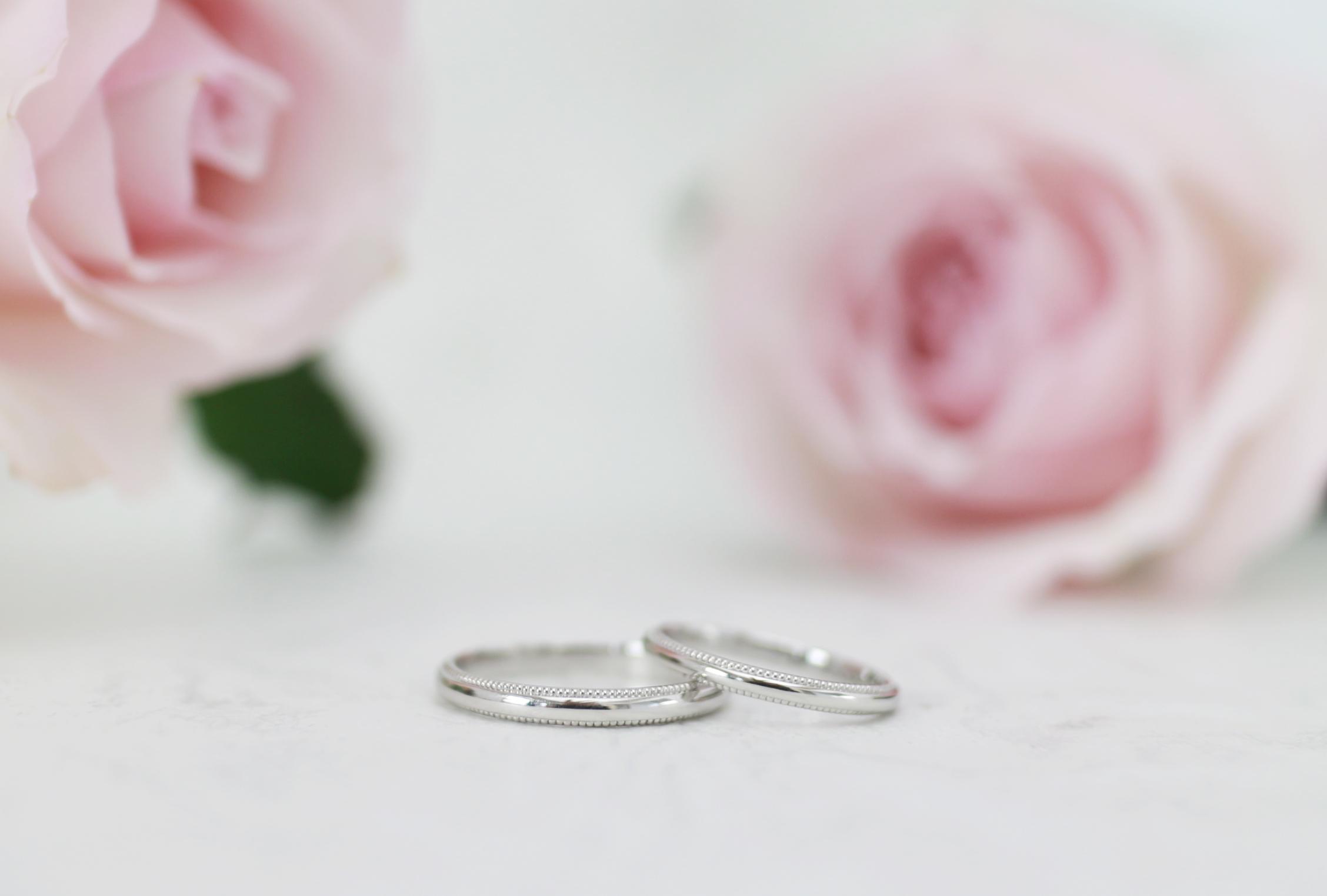 ふたりが手作りした結婚指輪にミル打ちを