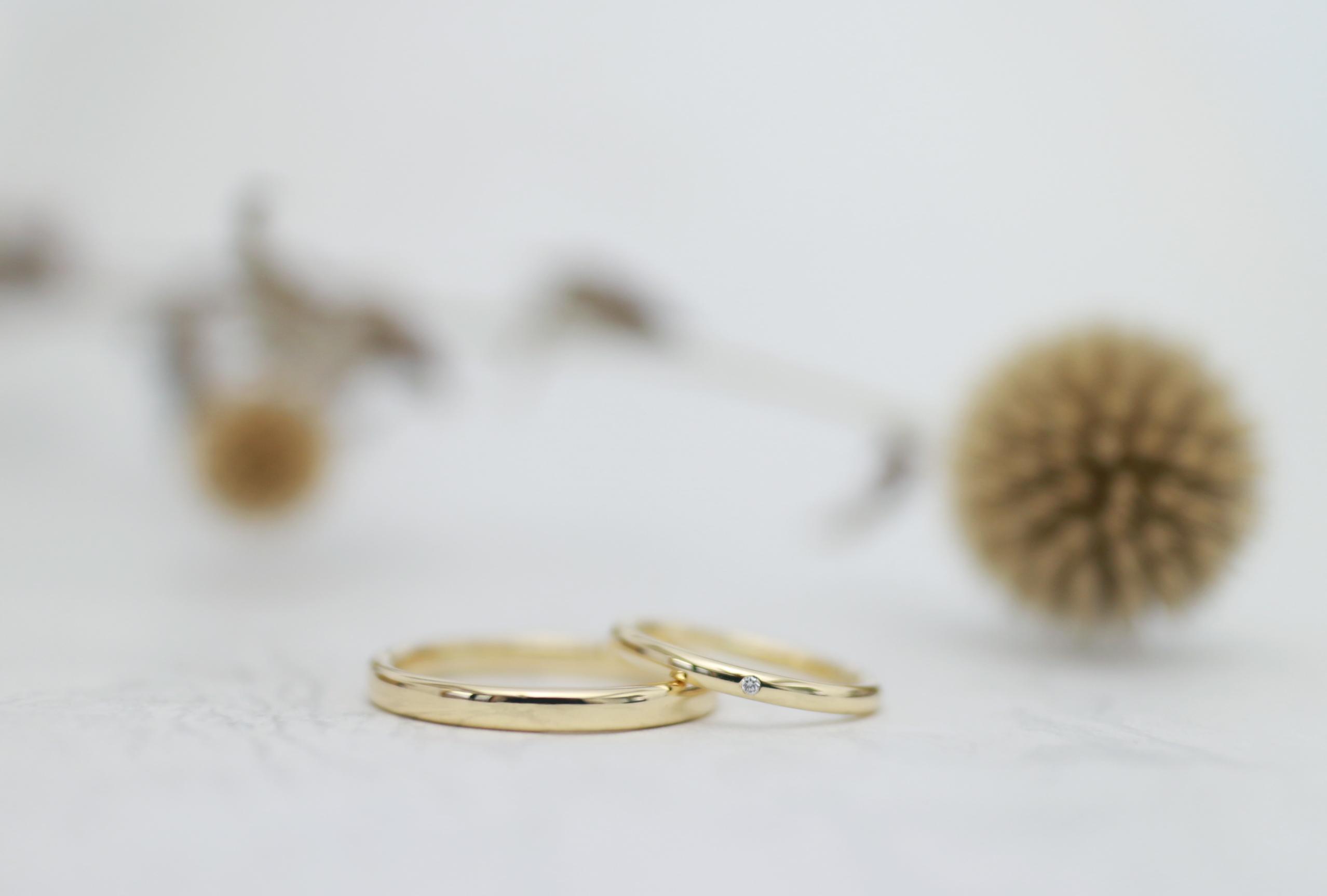 やわらかな曲線を削り出した結婚指輪